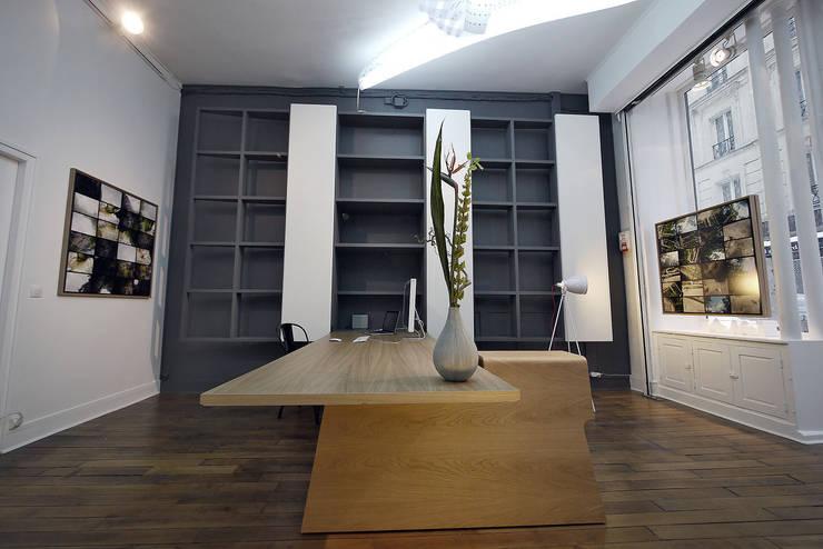 Architecture d'intérieure, réalisation d'un espace Galerie, Paris 2010:  de style  par Atelier GH