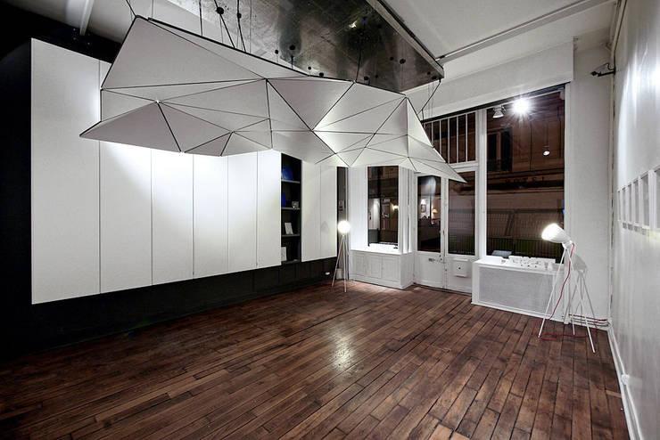 Réalisation d'un espace -galerie, Paris 2010:  de style  par Atelier GH