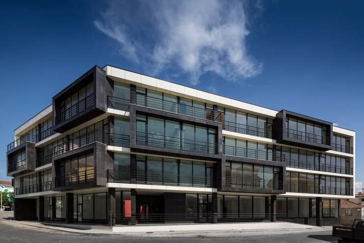 Edifício de Habitação em V.N. de Tazem: Varanda, marquise e terraço  por Nuno Ladeiro, Arquitetura e Design