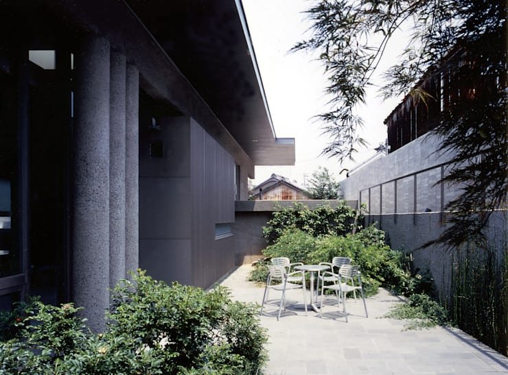中庭からアプローチを見返した様子: JWA,Jun Watanabe & Associatesが手掛けたテラス・ベランダです。