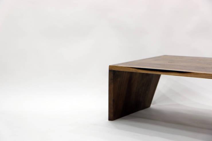 Public Tower_Side Table: ARTIZAC의  거실