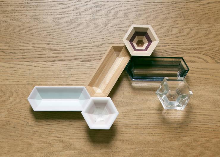 地層の器: Kairi Eguchi Designが手掛けたリビングルームです。