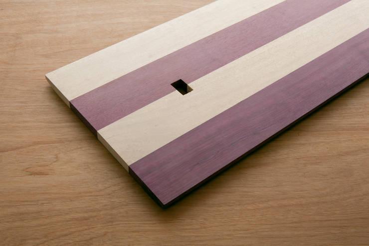 擬態する棚: Kairi Eguchi Designが手掛けたリビングルームです。
