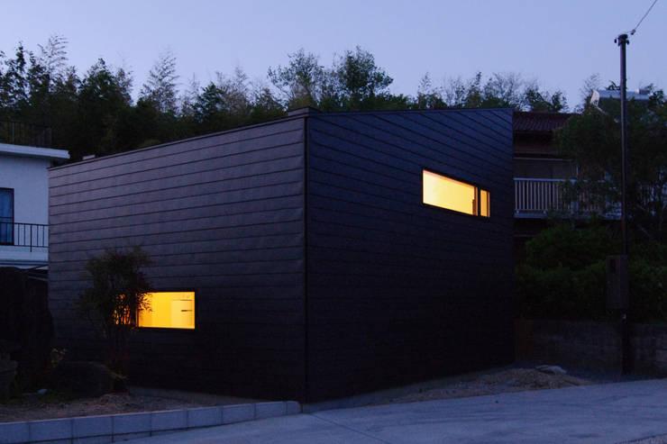 Maisons de style  par ウタグチシホ建築アトリエ/Utaguchi Architectural Atelier
