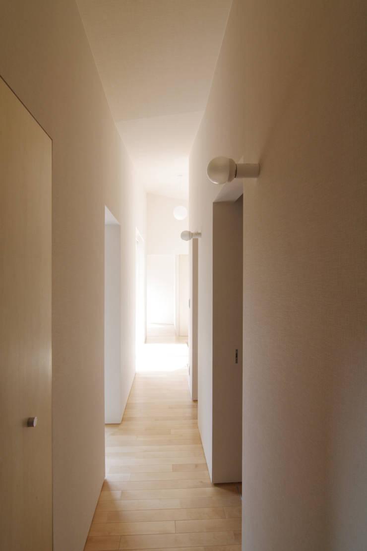走廊 & 玄關 by ウタグチシホ建築アトリエ/Utaguchi Architectural Atelier,