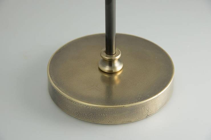Lampadaire en laiton vieilli orientable: Salon de style  par pneyg13810