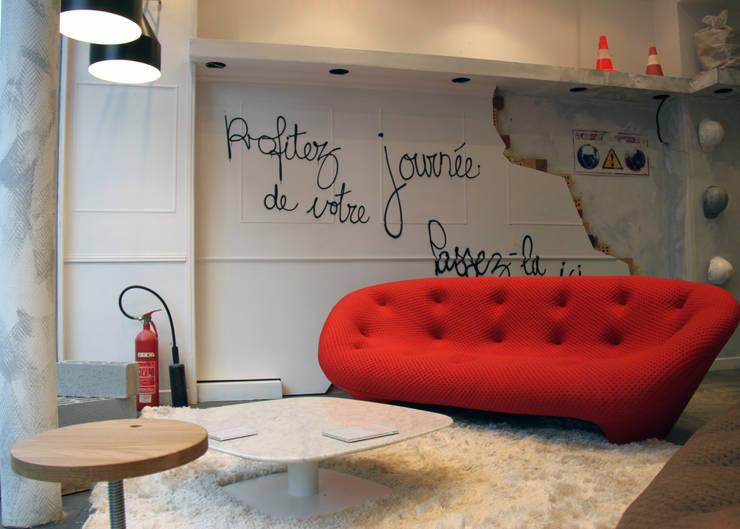 Magasin Ligne Roset, Paris – Réaumur By STUDIOLOUISMORGAN: Locaux commerciaux & Magasins de style  par Studio Louis morgan