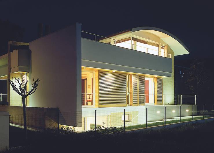 Villa Garattoni: Case in stile  di Stefano Zaghini Architetto, Moderno
