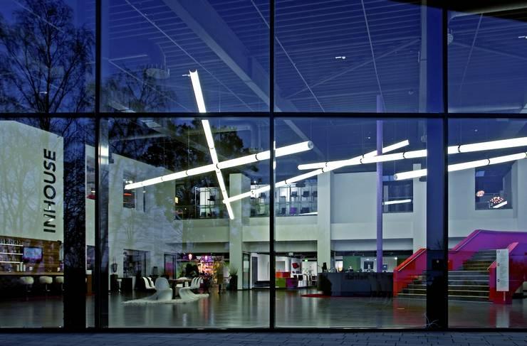 Light Tube Installation: modern  von archXX,Modern