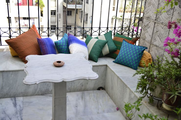 Sit Outs :  Balconies, verandas & terraces  by TUNI Interiors Pvt. Ltd.