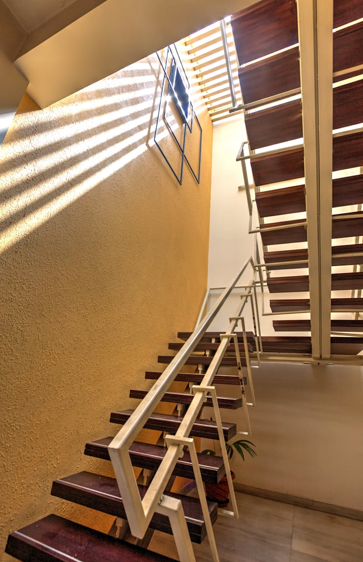 Staircase:  Houses by Studio An-V-Thot Architects Pvt. Ltd.
