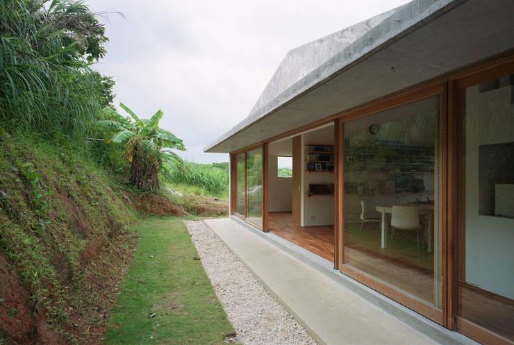 Projekty, nowoczesne Domy zaprojektowane przez ハルナツアーキ