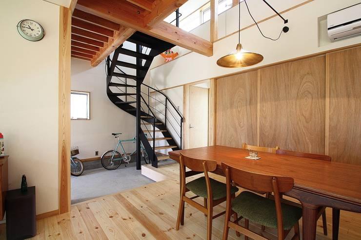 しもえもりのいえ: 伊藤瑞貴建築設計事務所が手掛けたリビングです。