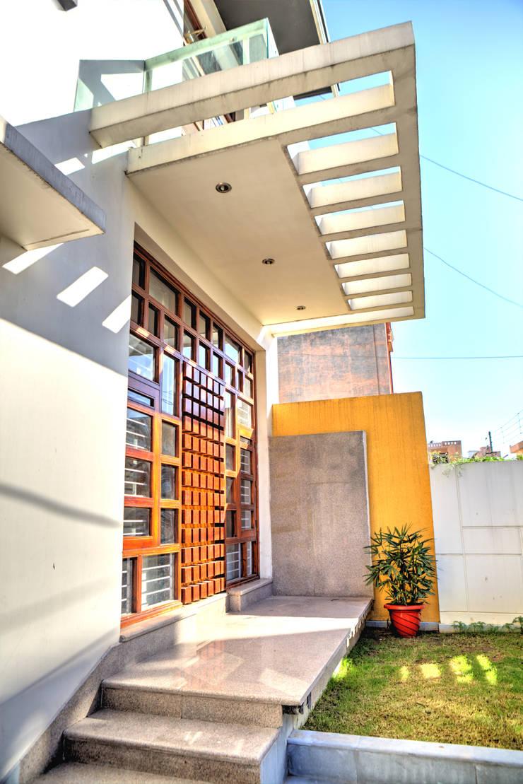 Entrance:  Houses by Studio An-V-Thot Architects Pvt. Ltd.