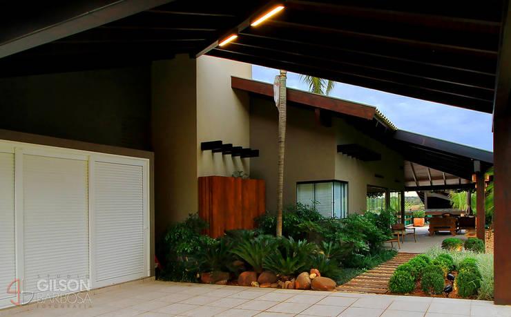 Em meio à Natureza: Casas  por Izabela Kassar Moretzsohn Arquitetura