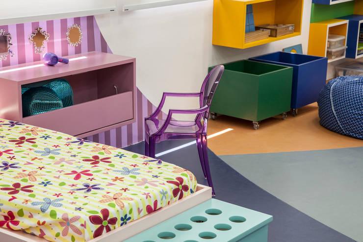 Playroom at school: Quarto de crianças  por Orlane Santos Arquitetura