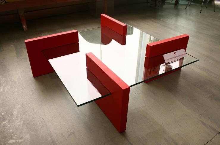 FLAP - Tavolo basso in vetro trasparente e mdf laccato: Soggiorno in stile  di Giuseppe Granata - Designer | Vincenzo Schinella - Architetto,