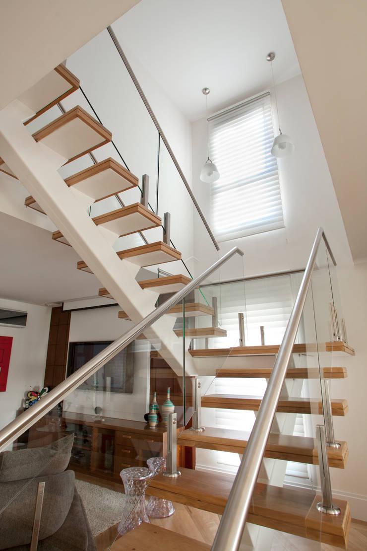 Escada - Cobertura: Corredores e halls de entrada  por Orlane Santos Arquitetura