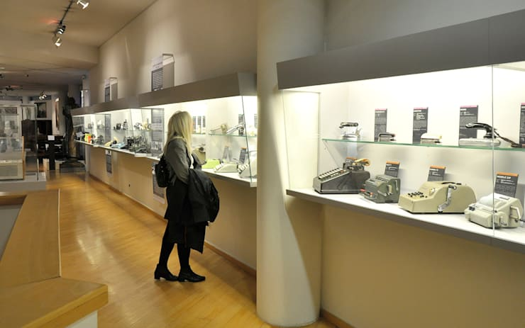 Création espace design industriel au Musée des Années Trente à Boulogne-Billancourt - 92:  de style  par CONCEPT FRENOY DESIGN