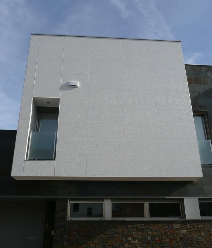 VIVIENDA UNIFAMILIAR ADOSADA C/MONASTERIO DE LEYRE: Casas de estilo  de MYO arquitectura y urbanismo