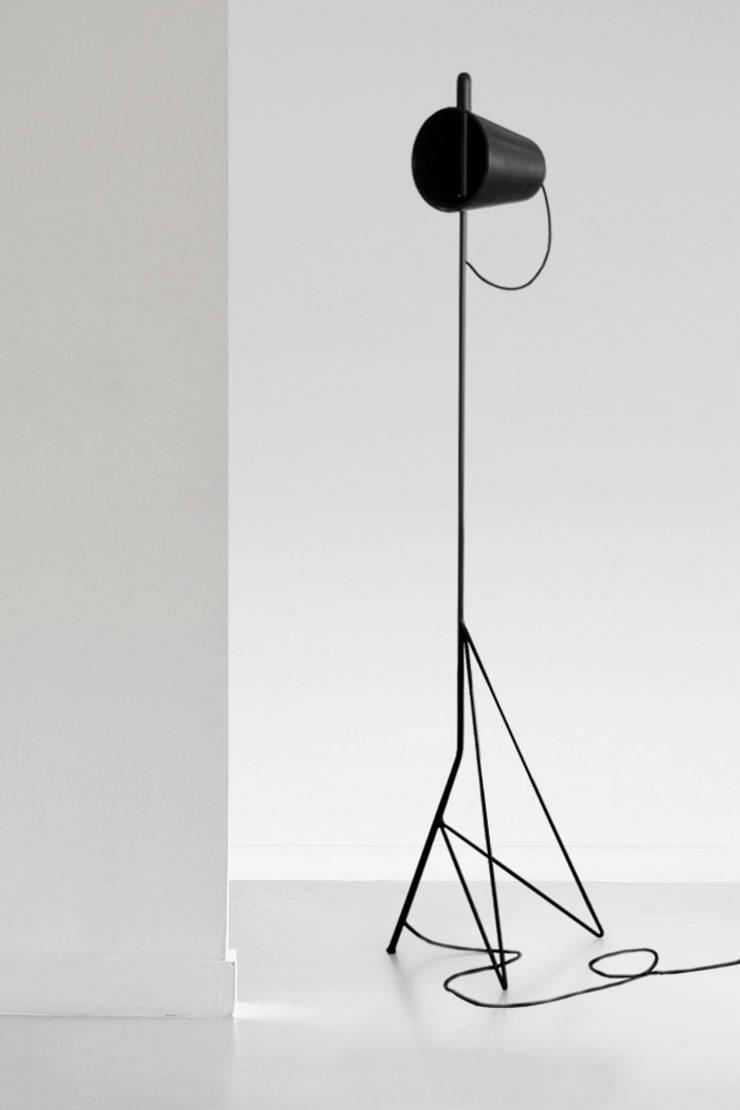 luminaire sur pied: Maison de style  par Design Studio Nicolas Bovesse
