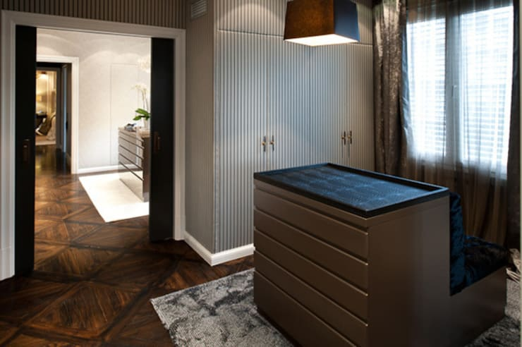 Interiorismo ático duplex: Vestidores de estilo moderno de Isa de Luca