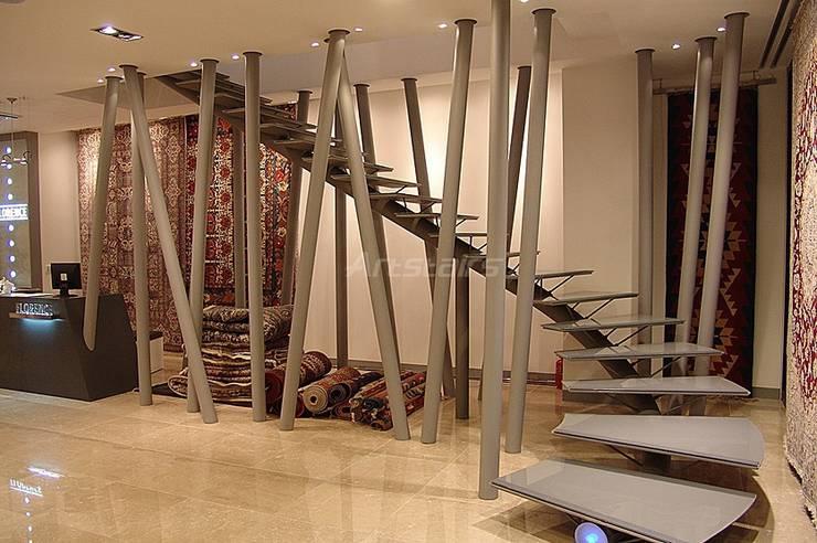 Art stairs: Artstairs의  복도, 현관 & 계단