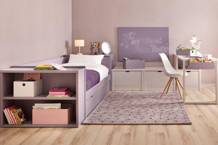 Habitación infantil organizada en tres frentes: Habitaciones de niñas de estilo  de Sofás Camas Cruces