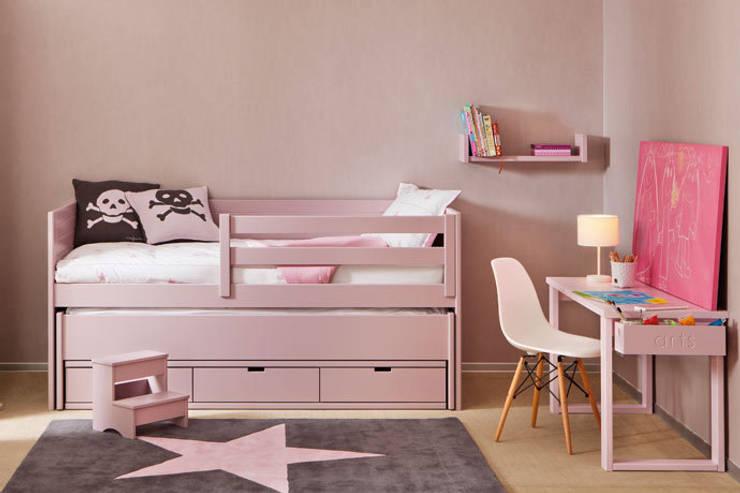 Habitación para una niña con cama extra : Habitaciones de niñas de estilo  de Sofás Camas Cruces