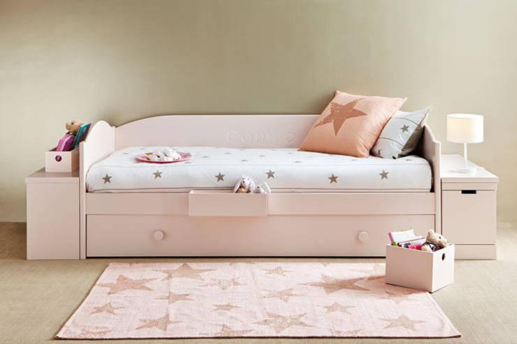 Cama nido con módulos jugueteros a los lados: Dormitorios infantiles de estilo  de Sofás Camas Cruces