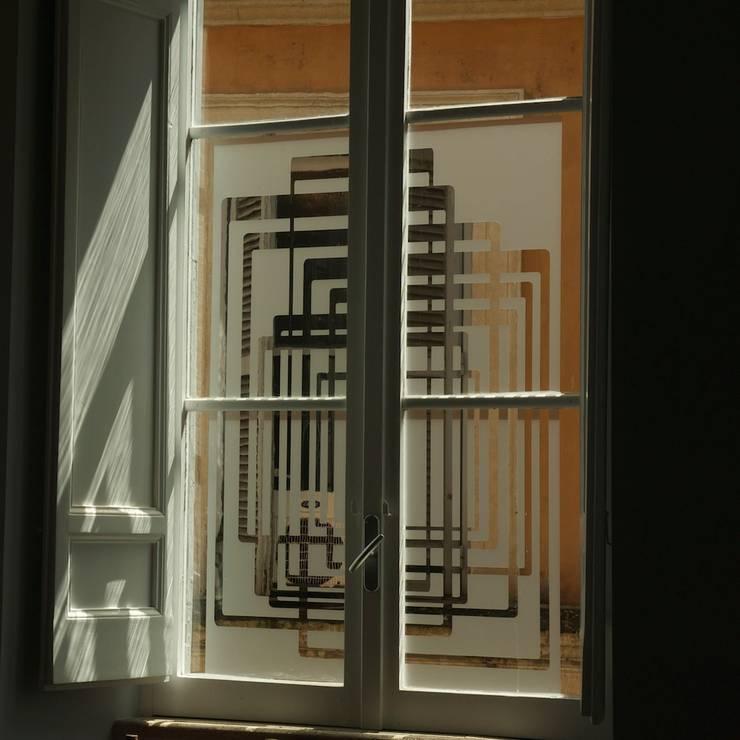Pellicola sagomata sulle finestre: Soggiorno in stile  di Quid divinum design
