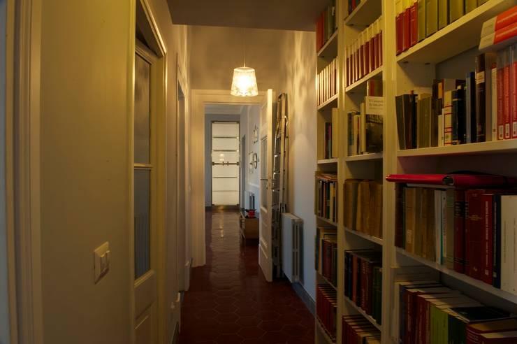 Corridoio: Ingresso & Corridoio in stile  di Quid divinum design