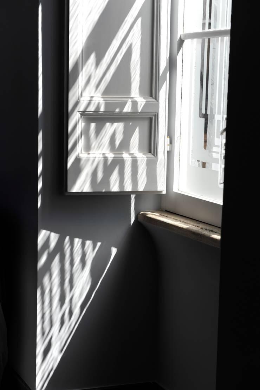 Nel centro di Roma, rinnovare e valorizzare un appartamento.:  in stile  di Quid divinum design