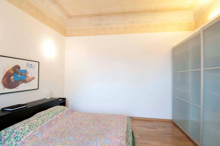 Restauro e frazionamento di un immobile residenziale ottocentesco a Firenze:  in stile  di de vita e fici architetti associati, Eclettico