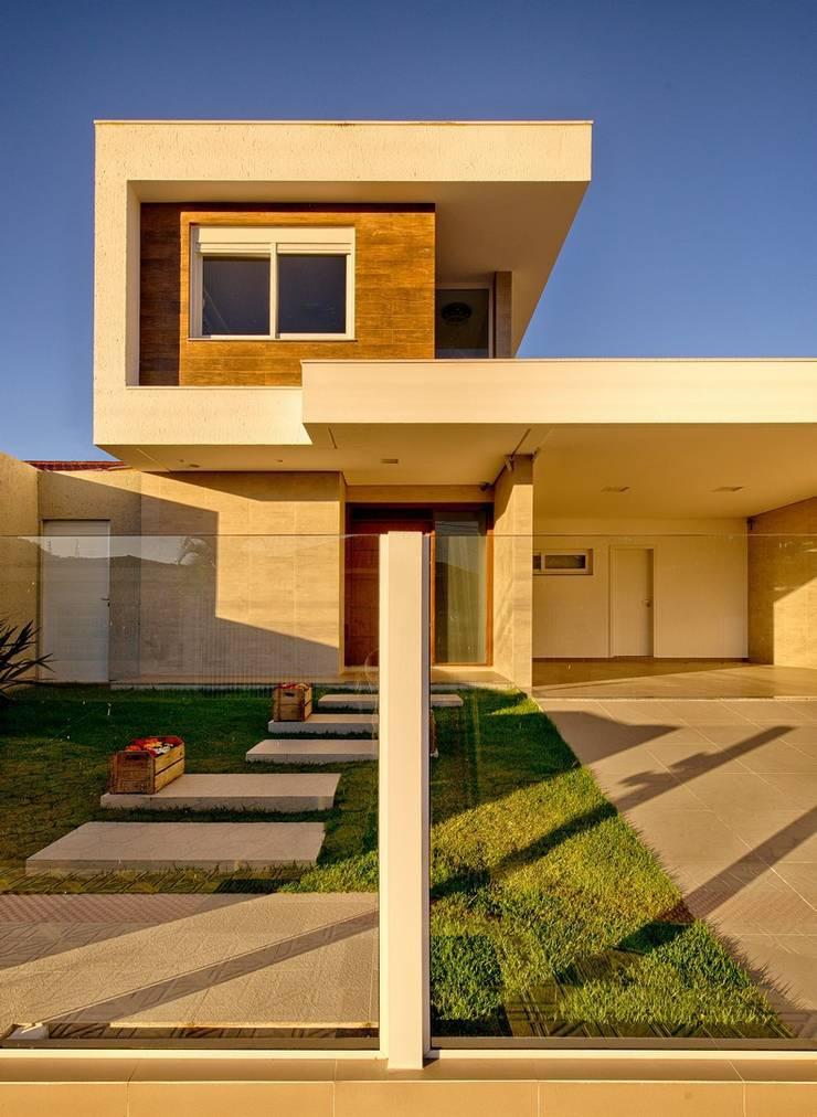 Fachada frontal: Casas  por Espaço do Traço arquitetura