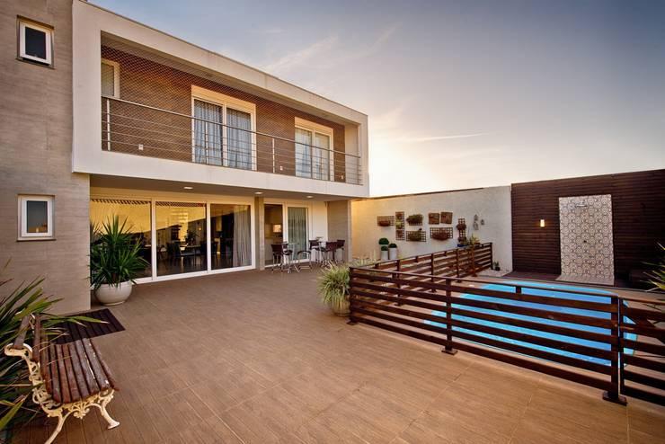 Fachada posterior: Casas modernas por Espaço do Traço arquitetura