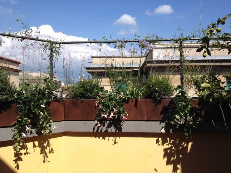 Terrazzando: Terrazza in stile  di Au dehors Studio. Architettura del Paesaggio