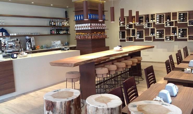 Portabottiglie Esigo 5, la libreria del vino!: Negozi & Locali Commerciali in stile  di Esigo SRL,