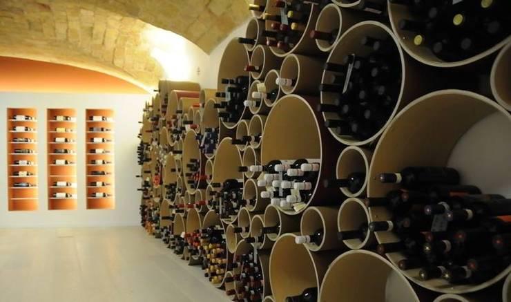 Portabottiglie Esigo 8, un grappolo su misura per l'arredamento di punti vendita vino!: Negozi & Locali Commerciali in stile  di Esigo SRL,
