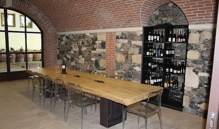 Tavolo Esigo per sala di degustazione vini: Negozi & Locali Commerciali in stile  di Esigo SRL,