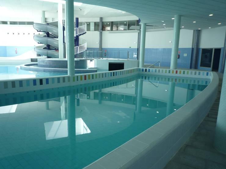 Centro de Talasoterapia en Puerto Deportivo de Gijón: Piscinas de estilo  de NAOS ARQUITECTURA