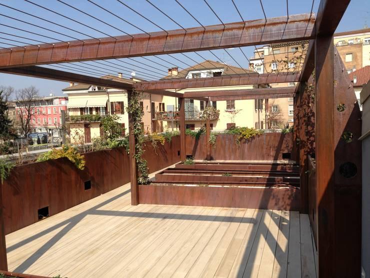 Sangervasio Loft: Terrazza in stile  di Massimo Adiansi Architetto