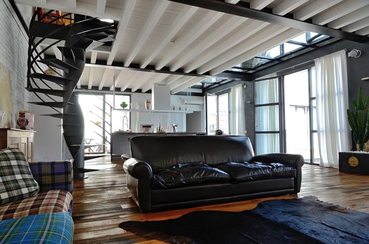 Wohnzimmer von Massimo Adiansi Architetto