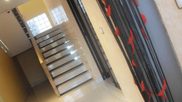 sas escalier : Maisons de style  par Jules Bertrand Wokam / WDW