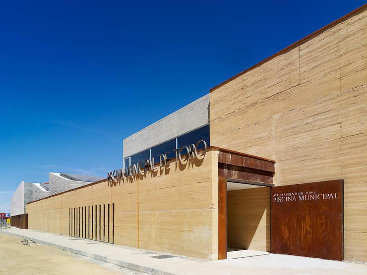 PISCINA CLIMATIZADA CUBIERTA EN TORO, ZAMORA: Piscinas de estilo  de Vier Arquitectos