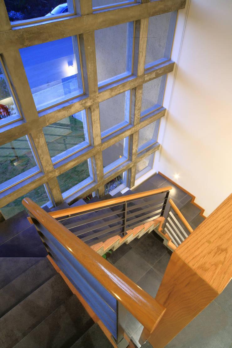 Casa Caritas No.58: Pasillos y recibidores de estilo  por Arquiplan