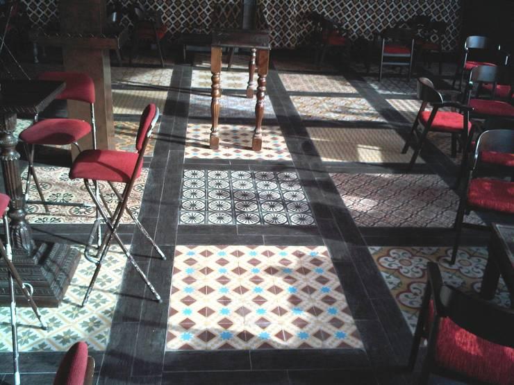 PATCHWORK DE SUELO HIDRAULICO: Paredes de estilo  de NATURAL FLOOR Suelo hidráulico