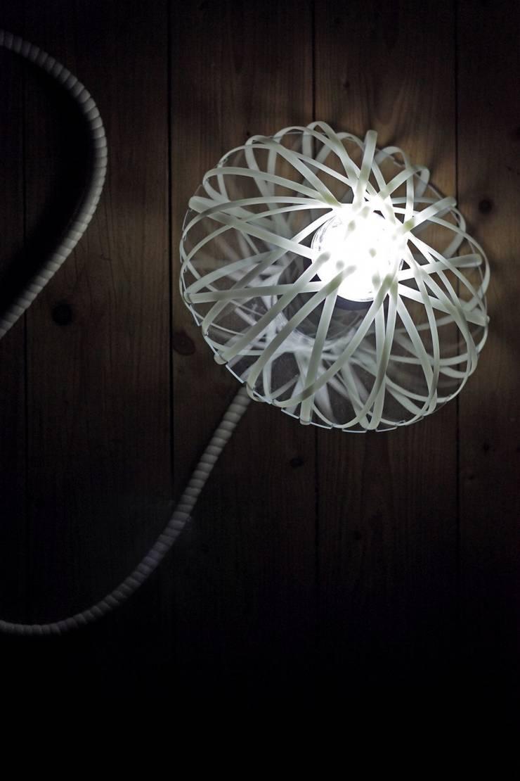 Lampe autonome PelaJ: Chambre de style  par  Johann Paquelier