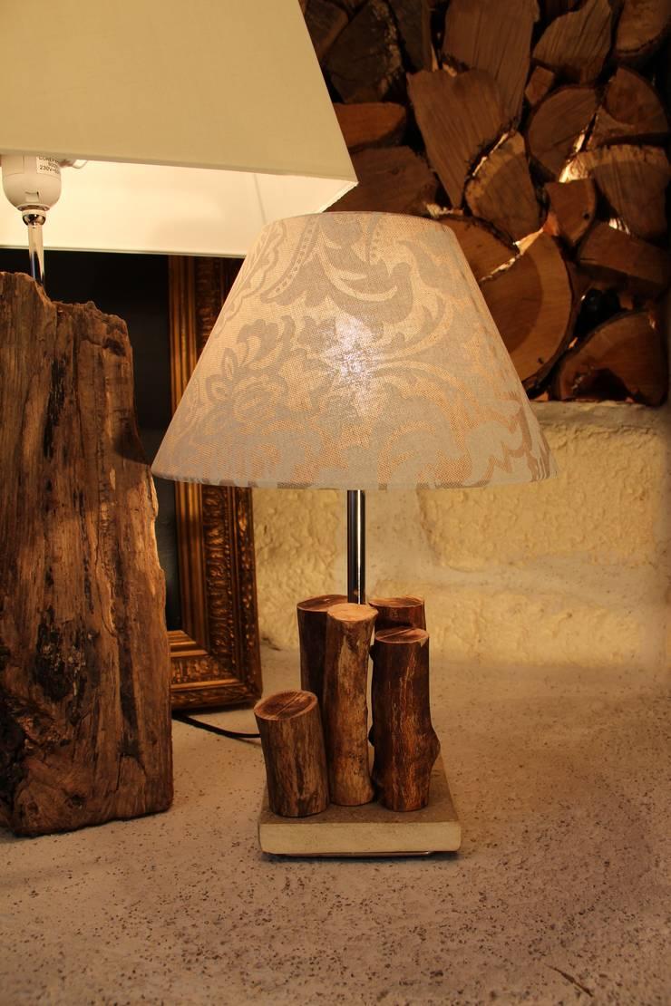 LAMPE DE CHEVET EN BOIS : Maison de style  par Du Côté de l'Atelier