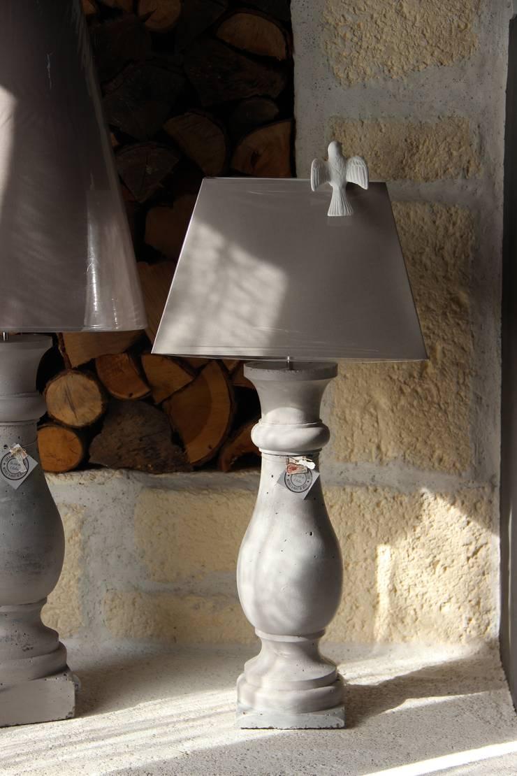 LAMPE EN BETON ABAT-JOUR RECTANGULAIRE: Maison de style  par Du Côté de l'Atelier
